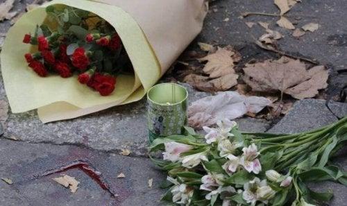 Fiori per le vittime del terrorismo