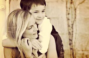anche mio figlio è affettuoso bambino che abbraccia la mamma