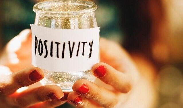 Donna che si ispira alla psicologia positiva