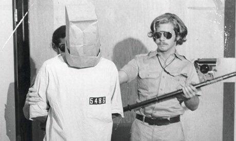 Prigioniero e guardia carceraria esperimento carcerario di Stanford