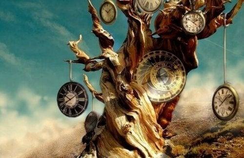 Albero con orologi che scandiscono il nostro tempo
