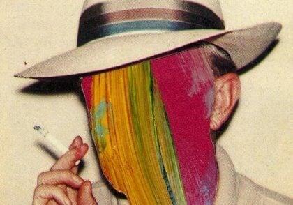 Uomo con viso colorato e con il vizio del fumo