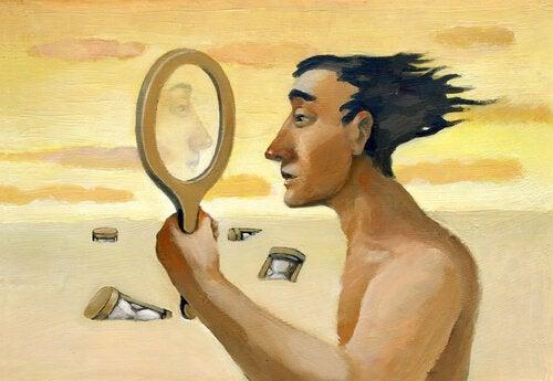 Uomo guarda il suo viso in uno specchio