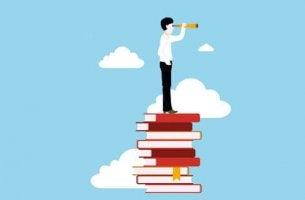 Uomo su una pila di libri in cerca di strategie per studiare meglio
