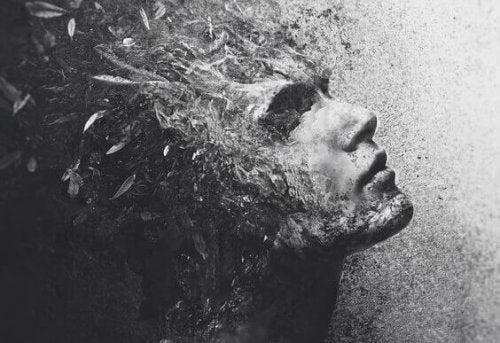 Uomo che rappresenta le persone insensibili alla sofferenza