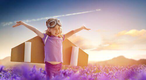 Bambina che fa finta di volare