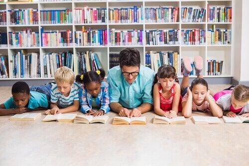Bravo insegnante che legge insieme ai bambini