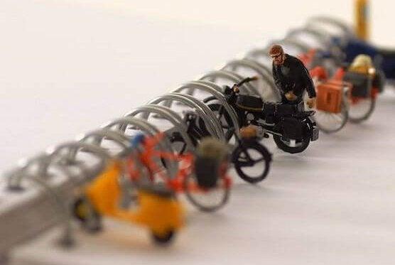 Uomo con biciclette