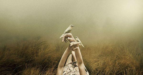 Ragazza con dei colombi in mano