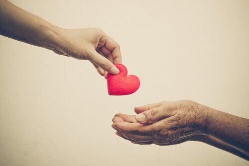 Ragazza che pratica la gentilezza donando un cuore