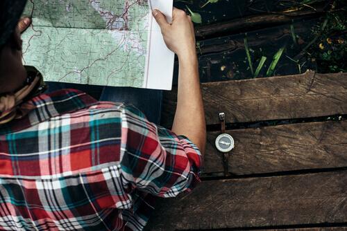 Ragazzo che si orienta con una cartina