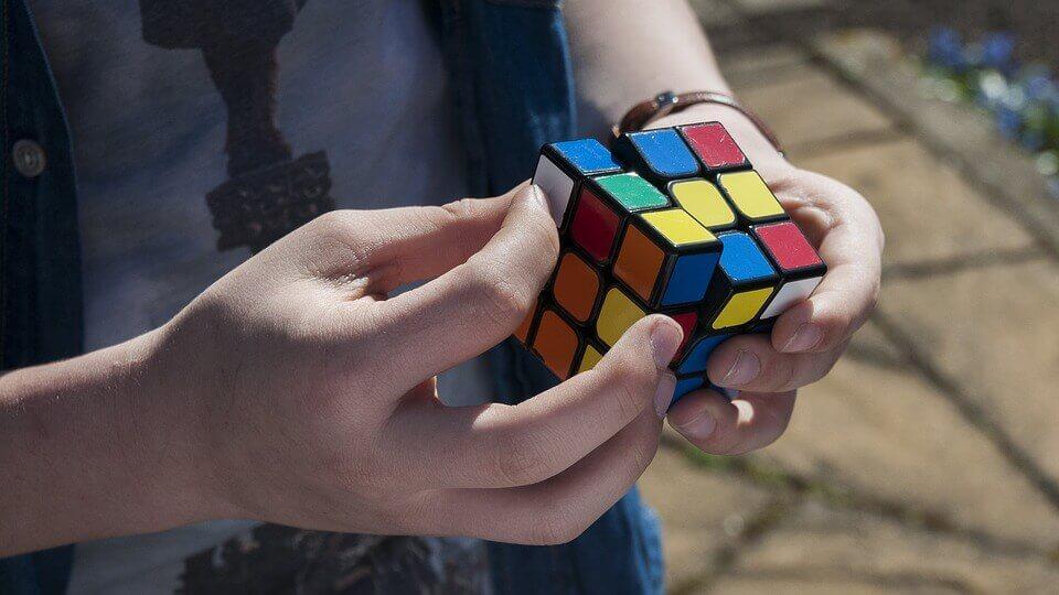 Ragazzo che gioca con il cubo di Rubik