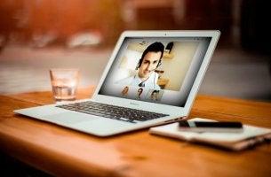 I vantaggi di scegliere uno psicologo online