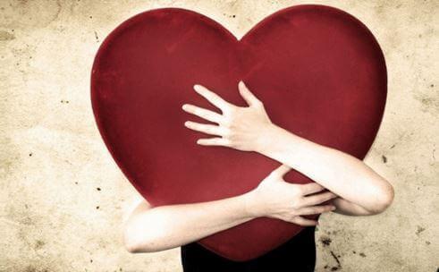 Un uomo che abbraccia un cuore