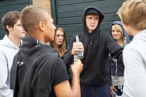 Adolescenti ribelli che bevono