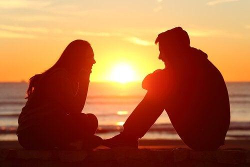 Amici che parlano felici mentre il sole tramonta