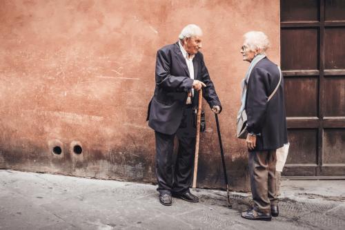 Coppia di anziani che ha adottato l'invecchiamento attivo