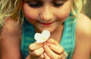 Bambina con un fiore in mano per esternare le proprie emozioni