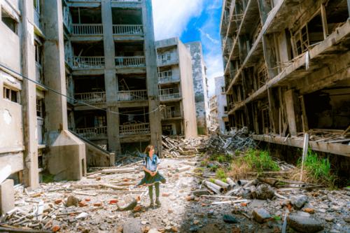 Bambina in mezzo alle macerie della guerra