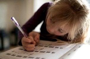 Bambina che scrive e apprendimento lento