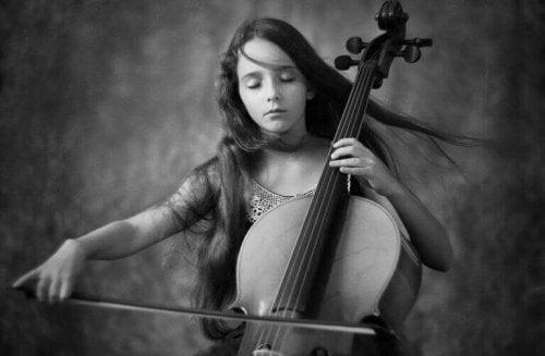 Bambina che suona il violoncello