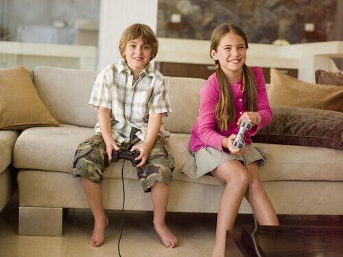 Bambini con dei videogiochi