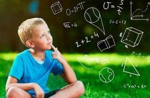 Bambino che usa le sue teorie intuitive