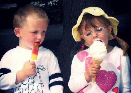Bambini che mangiano il gelato