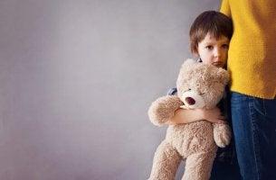 Bambino con ansia da separazione che afferra sua madre