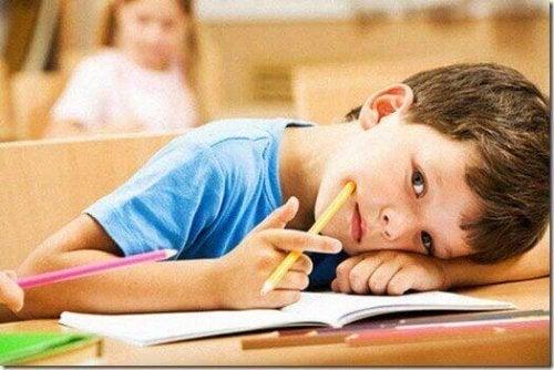 Bambino annoiato a scuola