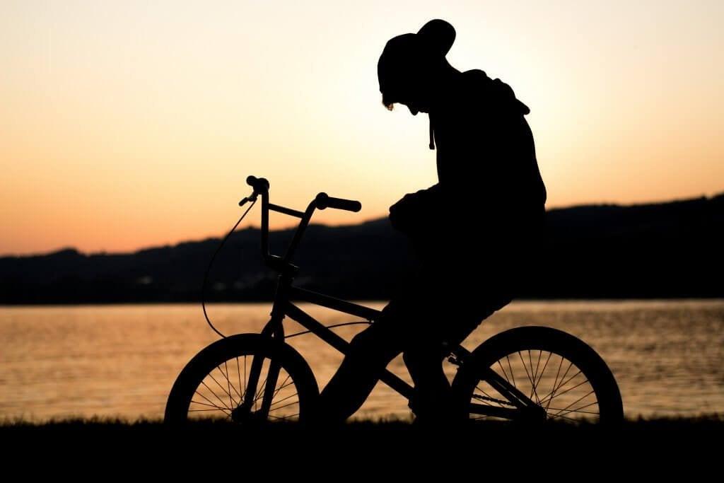 Ragazzino triste sulla bicicletta