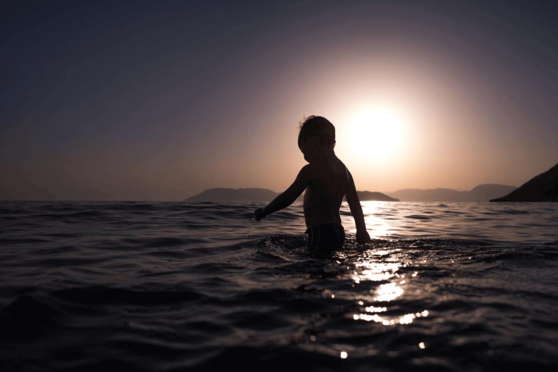 Bambino in mezzo al mare