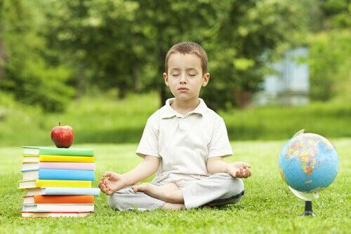Bambino che medita
