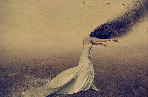 Donna che si lascia trascinare dalla paura