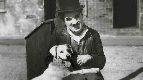 Charlie Chaplin con un cane