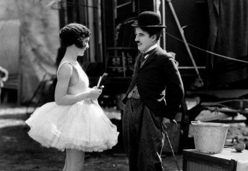 Charlie Chaplin mentre sorride con un'attrice