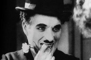 Quando ho cominciato ad amarmi davvero poesia di Charlie Chaplin con un fiore in mano