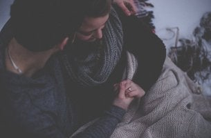 Esporre un problema al partner abbracciandosi