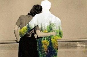 Coppia abbracciata di spalle che guarda il mondo