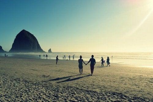 Coppia in spiaggia per mano