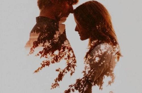 Uomo e donna uno di fronte all'altra che si dimostrano un amore sano