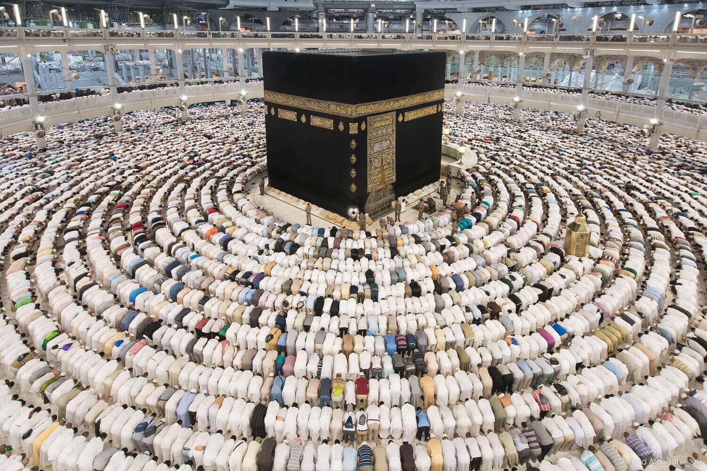 Fedeli in preghiera in una moschea