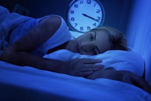 Donna a letto sveglia per l'insonnia