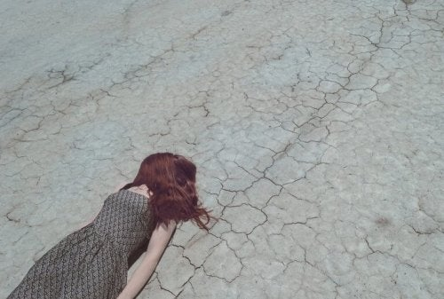 Ragazza sdraiata a terra