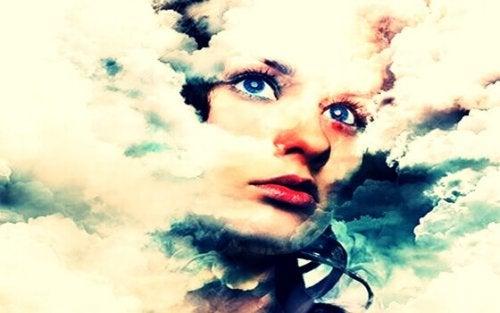 Viso di donna in mezzo alle nuvole