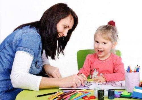 Donna e bambina che colorano
