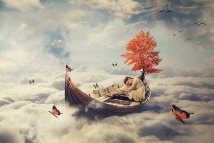 Donna che dorme su una barca