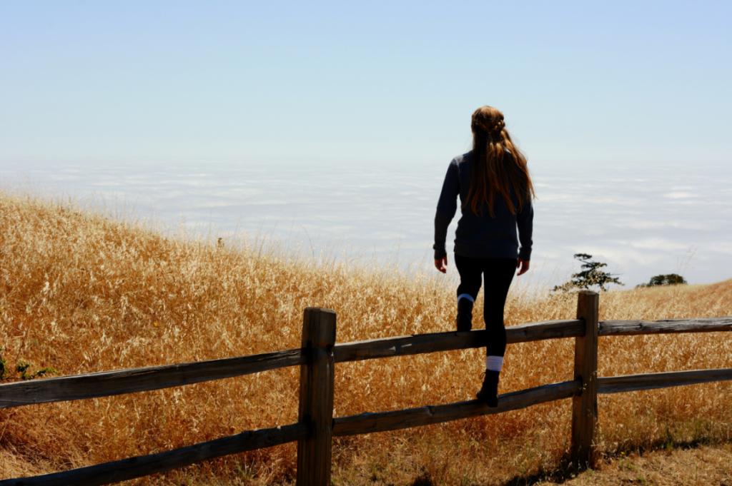 Donna che guarda l'orizzonte e sviluppa il rafforzamento personale