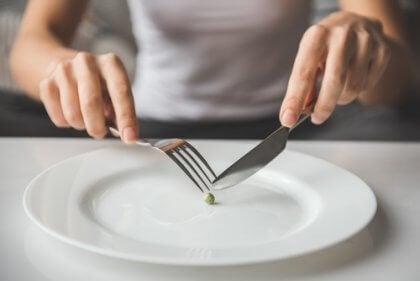 Donna che mangia un pisello