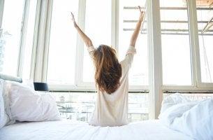 Donna che si sveglia e regola il suo orologio biologico